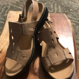 Clarks Leisa Lakelyn Sandals Size 9.5W. New!